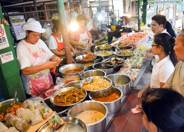 khao-rad-gaeng-bangkok-street-food