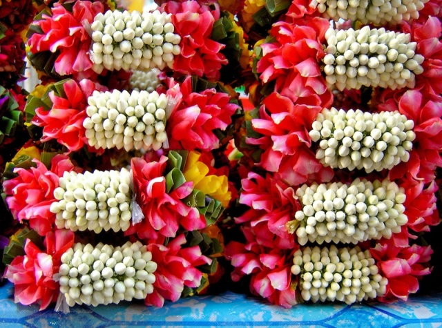 Thailand-Bangkok-White-Red-Weaved-Jasmine-Garlands-Pak-Khlong-Talat